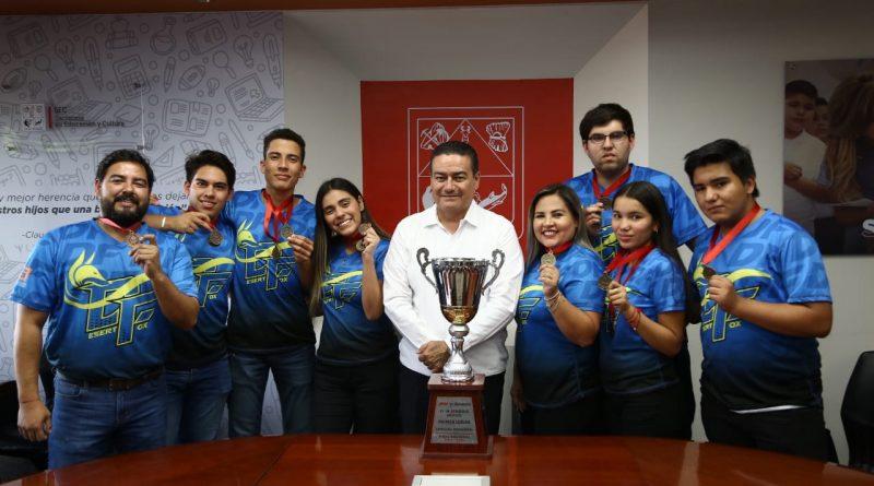 Felicita Víctor Guerrero a alumnos de Cobach Guaymas y Empalme que representarán a México en Emiratos Árabes Unidos